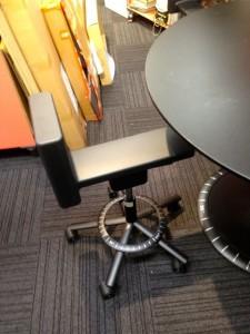 プラス見学−5椅子